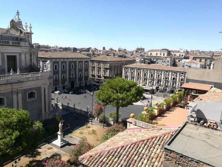 Die Piazza Duomo ist der Hauptplatz in Catania. Von hier aus gehen die Straßen sternförmig in alle Richtungen ab.