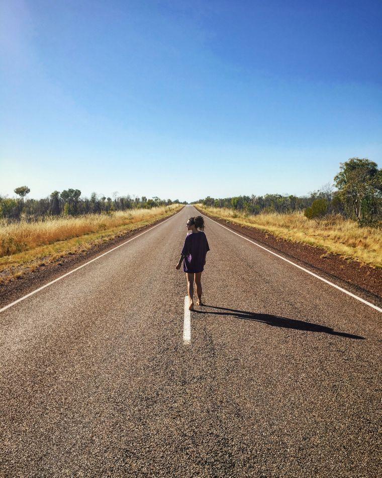 Im Outback in Australien zwischen Tennant Creek und Mount Isa. Etwa zwei Wochen nach Nics Ankunft in Australien, als sie von einem Pärchen für fast zwei Wochen mitgenommen wurde.