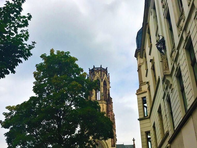 Hinter der Agneskirche beginnt der Stadtteil Nippes.
