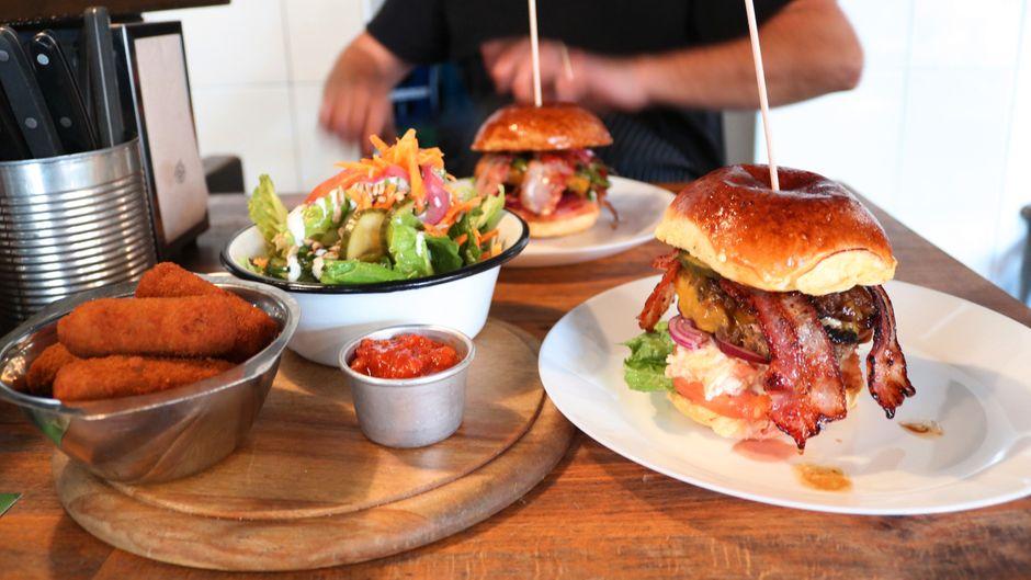 Burger-Fans kommen in Köln voll auf ihre Kosten, doch auch Fans italienischer oder typisch kölscher Küche werden satt.