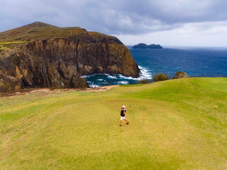 Auf Madeira und der Nachbarinsel Porto Santo kannst du das ganze Jahr über Golf spielen.