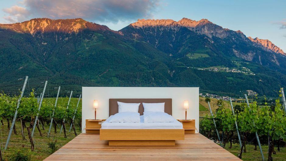 """""""Hotelzimmer"""" unter freiem Himmel in den Schweizer Bergen."""