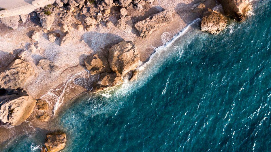Strand und Wellen auf Rhodos – die griechische Insel gilt nicht als Corona-Risikogebiet.