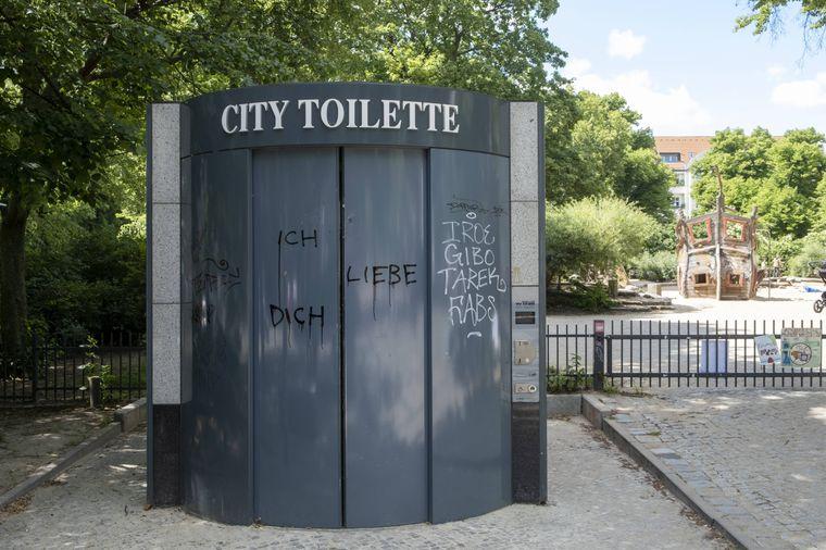 """""""Ich liebe Dich"""": Liebeserklärung an einer City-Toilette in Berlin-Prenzlauer Berg."""