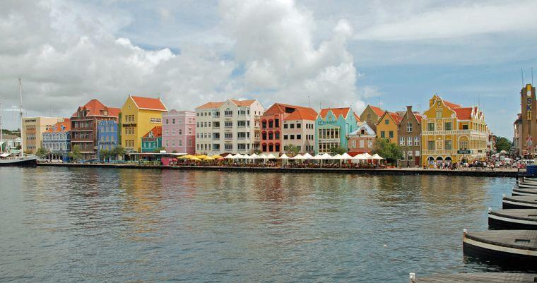 Die Handelskade von Willemstad auf Curaçao ist ein beliebtes Postkartenmotiv.