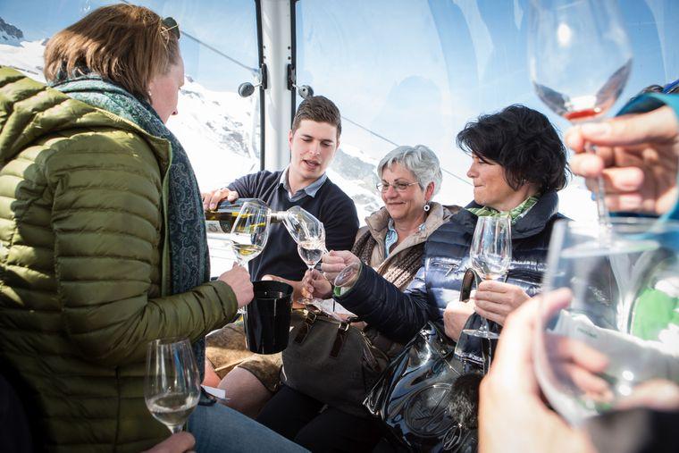 Weinprobe im Skigebiet: Einmal im Winter besetzen Winzer Gondeln des Auenfeldjets am Arlberg. Während der Fahrt werden die edlen Tropfen verkostet.