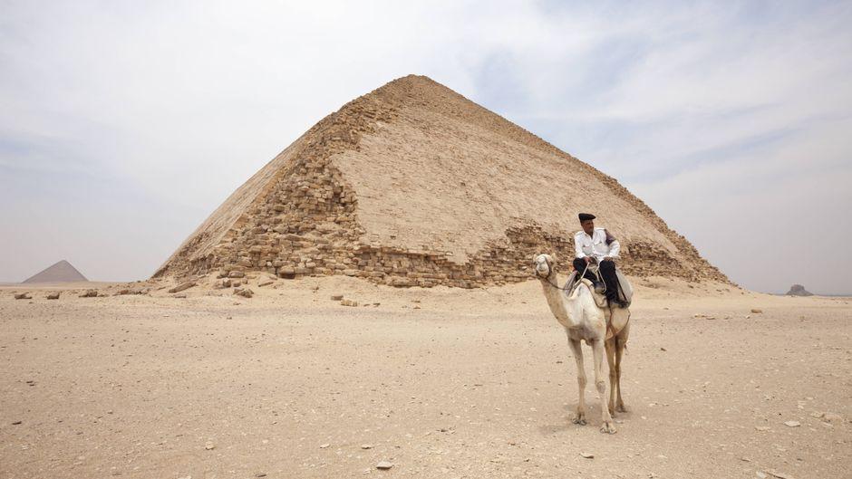 Ein Kamelreiter vor der Knickpyramide.
