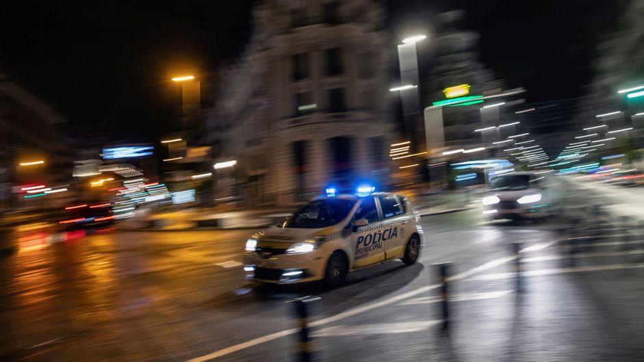 Ein Polizeiauto fährt durch Madrid, nachdem die nächtliche Ausgangssperre infolge des Notstandes in Kraft getreten ist.