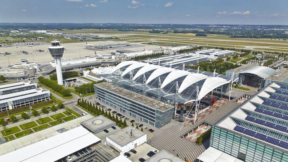 Der Autofahrer durchbrach zwei Sperren und raste in den Sicherheitsbereich des Flughafens München.