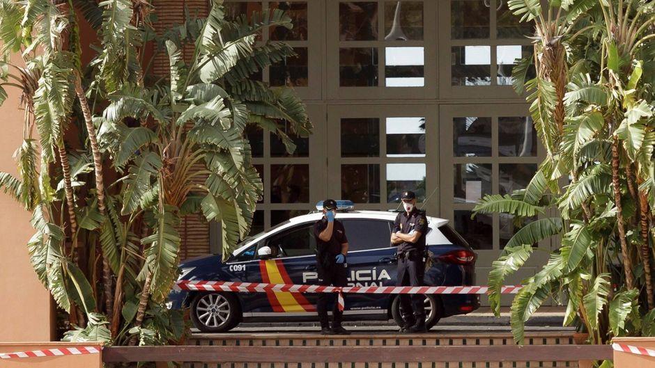 """Polizeibeamte sind vor Ort, das Hotel """"H10 Costa Adeje Palace"""" im Süden Teneriffas steht unter Qurantäne."""