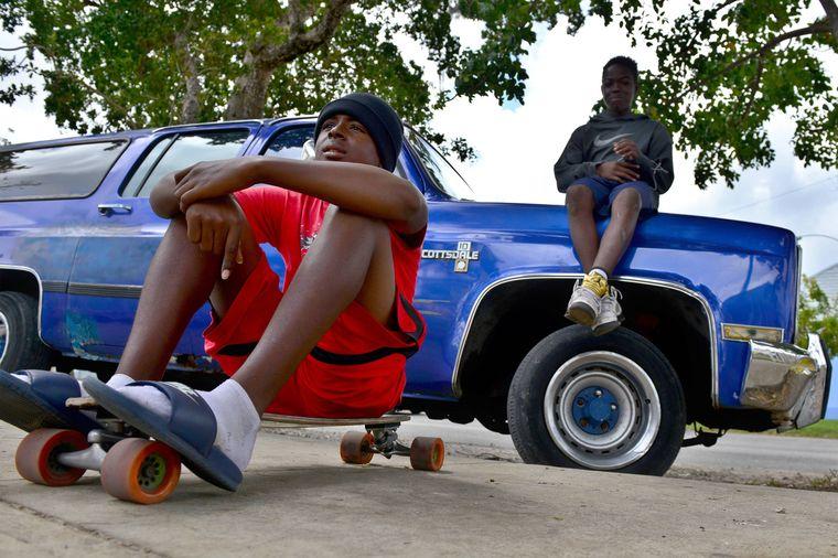 Zwei Teenager posen im Viertel Liberty City, Miami